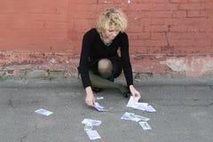 Muchacha rubia con el dinero Imágenes de archivo libres de regalías