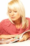 Muchacha rubia con el periódico Foto de archivo libre de regalías