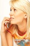 Muchacha rubia con el teléfono celular Imagenes de archivo