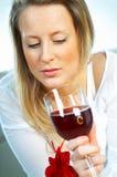 Muchacha rubia con el vidrio de vino Imagen de archivo libre de regalías