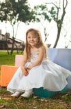Muchacha rubia con la alineada blanca Fotos de archivo libres de regalías