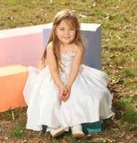 Muchacha rubia con la alineada blanca Fotografía de archivo