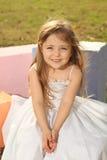 Muchacha rubia con la alineada blanca Fotos de archivo