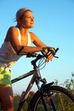 Muchacha rubia con la bicicleta Foto de archivo libre de regalías