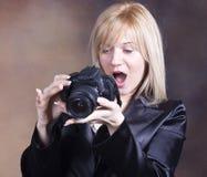 Muchacha rubia con la cámara de la foto Fotos de archivo libres de regalías