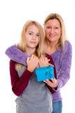 Muchacha rubia con la caja de regalo para su madre Foto de archivo