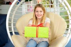 Muchacha rubia con la caja de regalo verde Foto de archivo
