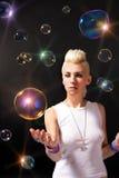Muchacha rubia con las burbujas de jabón fotos de archivo libres de regalías
