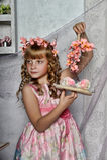 Muchacha rubia con las flores blancas en su pelo Foto de archivo libre de regalías