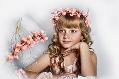 Muchacha rubia con las flores blancas en su pelo Imágenes de archivo libres de regalías