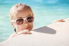 Muchacha rubia con las gafas de sol en la piscina, retrato del verano Foto de archivo libre de regalías