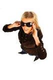 Muchacha rubia con las gafas de sol negras en blanco Foto de archivo libre de regalías