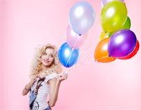 Muchacha rubia con los globos imagenes de archivo