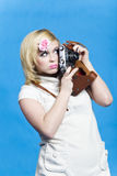 Muchacha rubia con mirada retra de la cámara a un lado Imagenes de archivo