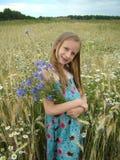 Muchacha rubia con ramillete de flores Imagen de archivo