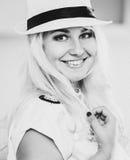 Muchacha rubia con sonrisa hermosa y ojos en azul Imágenes de archivo libres de regalías
