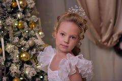 Muchacha rubia con un peinado hermoso en un vestido elegante Imagen de archivo