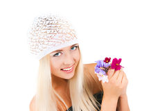 Muchacha rubia con un ramo de violetas Imagenes de archivo