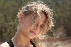 Muchacha rubia de la aptitud en retrato del viento Fotografía de archivo libre de regalías