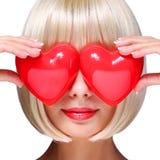 Muchacha rubia de la moda con los corazones rojos Imagen de archivo libre de regalías