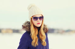 Muchacha rubia de la moda del retrato que lleva una chaqueta Fotos de archivo