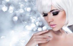 Muchacha rubia de la moda. Mujer del retrato de la belleza. Maquillaje del día de fiesta. Nieve Imagen de archivo libre de regalías