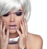Muchacha rubia de la moda. Mujer del retrato de la belleza. Pelo corto blanco. ISO Fotos de archivo