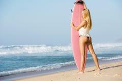 Muchacha rubia de la persona que practica surf Fotos de archivo libres de regalías