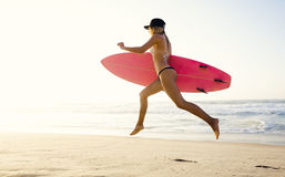 Muchacha rubia de la persona que practica surf Imagenes de archivo