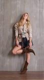 Muchacha rubia de moda joven Fotos de archivo