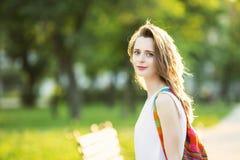 Muchacha rubia de moda que camina en un parque de la ciudad Fotos de archivo