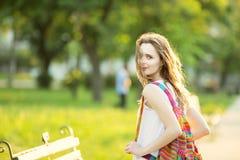 Muchacha rubia de moda que camina en un parque de la ciudad Fotografía de archivo