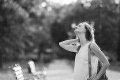 Muchacha rubia de moda que se divierte al aire libre en la ciudad Ennegrezca a Imagen de archivo libre de regalías