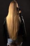 Muchacha rubia del adolescente con el pelo y el hacha largos Imagenes de archivo