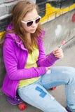 Muchacha rubia del adolescente con una piruleta Fotos de archivo libres de regalías