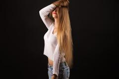 Muchacha rubia del adolescente en el suéter blanco Fotos de archivo