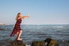 Muchacha rubia del adolescente en la playa cerca del mar Fotos de archivo libres de regalías
