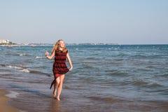 Muchacha rubia del adolescente en la playa cerca del mar Foto de archivo libre de regalías