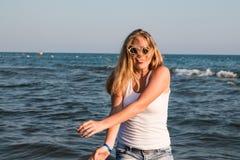 Muchacha rubia del adolescente en la playa cerca del mar Fotografía de archivo