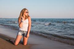 Muchacha rubia del adolescente en la playa cerca del mar Foto de archivo