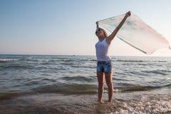 Muchacha rubia del adolescente en la playa cerca del mar Imagen de archivo
