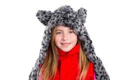 Muchacha rubia del niño con el sombrero felino gris de la bufanda de la piel del invierno en blanco foto de archivo libre de regalías