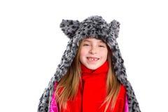 Muchacha rubia del niño con el sombrero felino gris de la bufanda de la piel del invierno en blanco fotos de archivo libres de regalías