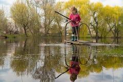 Muchacha rubia del ni?o que pesca el at?n pocos atunes felices con la captura de pesca con cebo de cuchara con cebo de cuchara en fotografía de archivo libre de regalías