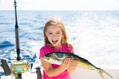 Muchacha rubia del niño que pesca la captura feliz de los pescados de Dorado Mahi-mahi Foto de archivo libre de regalías