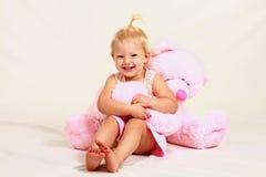 Muchacha rubia del niño con el animal relleno Fotos de archivo libres de regalías
