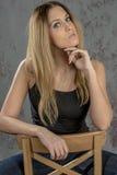 Muchacha rubia delgada joven en vaqueros y camisa que presenta coqueto Imagenes de archivo