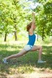 Muchacha rubia deportiva que hace la aptitud al aire libre Foto de archivo libre de regalías