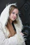 Muchacha rubia en abrigo de pieles Foto de archivo libre de regalías