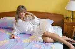 Muchacha rubia en cama Imagen de archivo libre de regalías